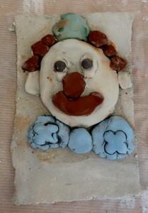 bas-relief-clown_cours-modelage-poterie-enfants-paris11-1
