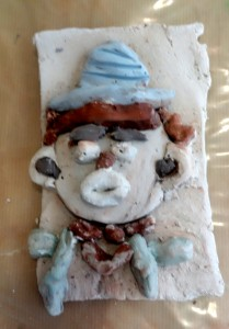 bas-relief-clown_cours-modelage-poterie-enfants-paris11-10