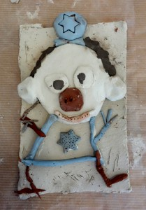 bas-relief-clown_cours-modelage-poterie-enfants-paris11-13