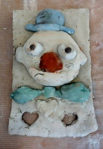bas-relief-clown_cours-modelage-poterie-enfants-paris11-3