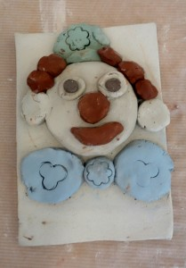 bas-relief-clown_cours-modelage-poterie-enfants-paris11-4