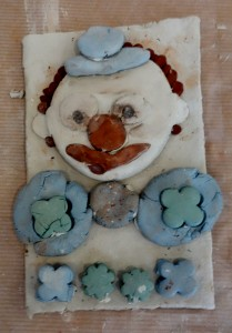 bas-relief-clown_cours-modelage-poterie-enfants-paris11-5