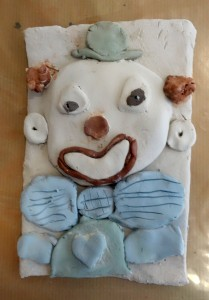 bas-relief-clown_cours-modelage-poterie-enfants-paris11-9